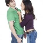 jeune couple en dispute empoignade